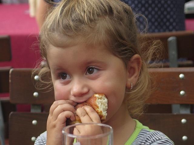 bimba che mangia da grande
