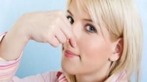 foto_donna tappa il naso
