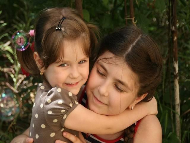 Popolare Frasi per una sorella: le dediche più belle per ogni occasione DO32