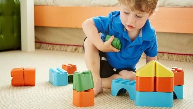 bimbo gioca con costruzioni