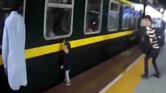 bimba caduta treno