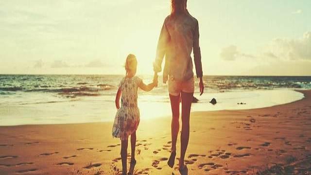 mamma e figlia spiaggia
