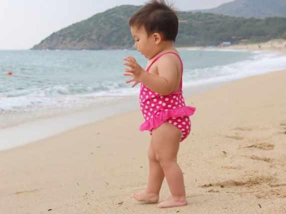 foto bambina al mare