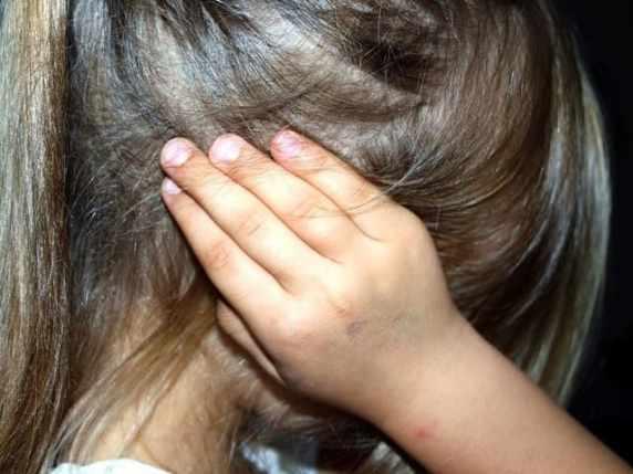 foto bambina con le mani alle orecchie