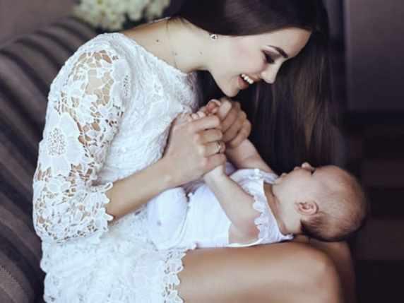 foto mamma con la figlia sulle gambe