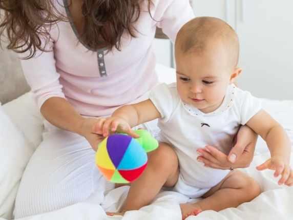foto neonato 9 mesi con la mamma