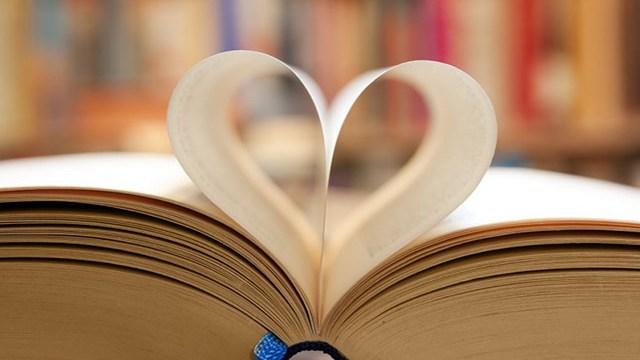 Foto libro a forma di cuore con frasi dolci