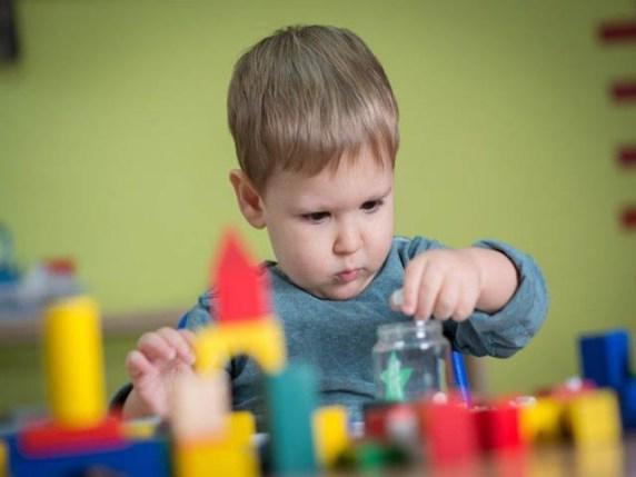 bambino gioco concentrazione