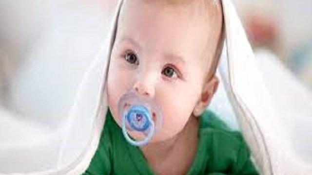 Foto ciuccio neonato come abituarlo