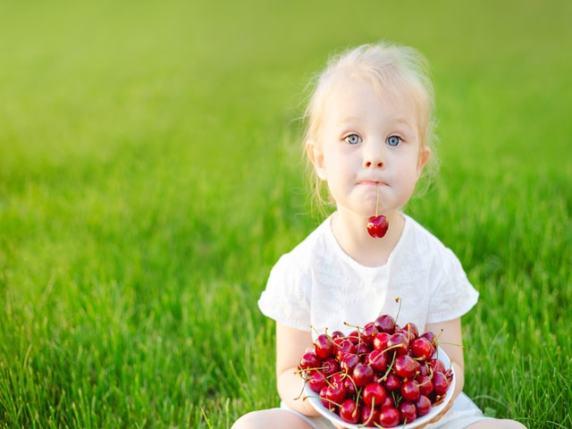 Bambina cibo