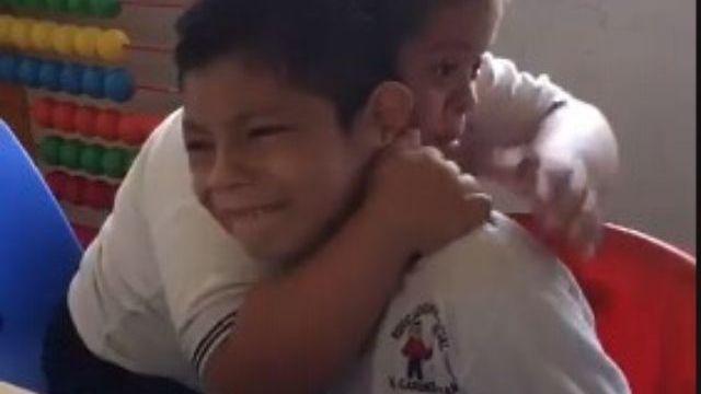bimbo down abbraccia amico autistico