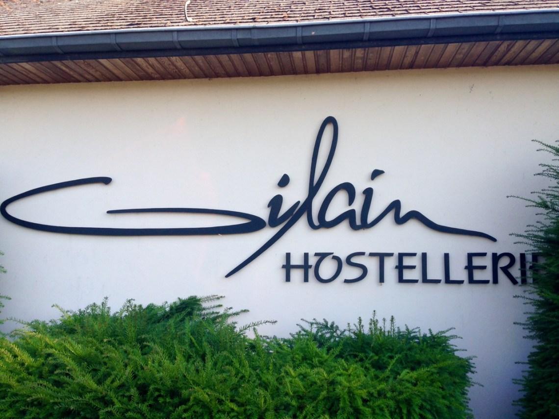 Hostellerie Gilain: entrée du restaurant