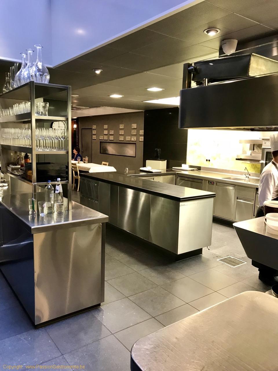 """Restaurant Comme Chez Soi - Les tables en cuisine et le """"Hall of Fame"""""""