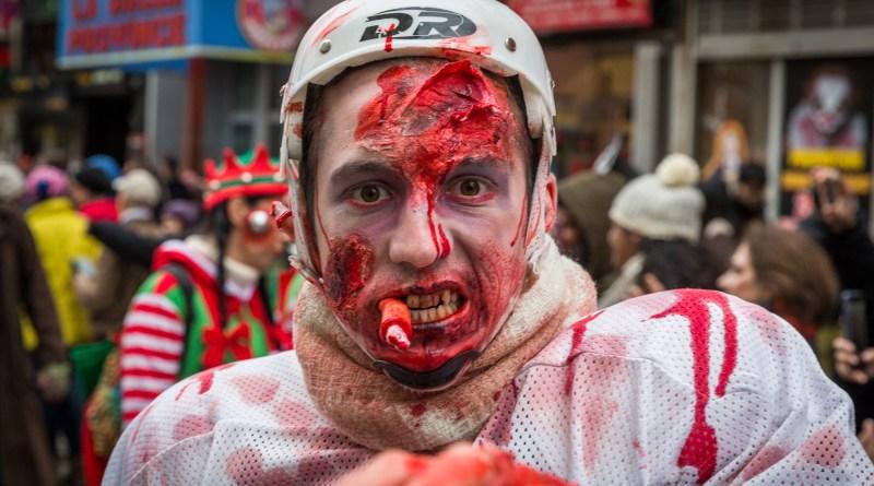 Photo : la Marche des zombies à Montréal casque