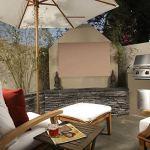 KHOMO Gear – Housse de protection pour TV d'extérieur, écrans et télévisions de terrasse et jardin – Imperméable et résistant – Beige 50 a 52″ – Compatible avec un pied ou une fixation murale