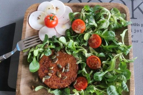 Assiette de steak de soja, mâche et navet émincé