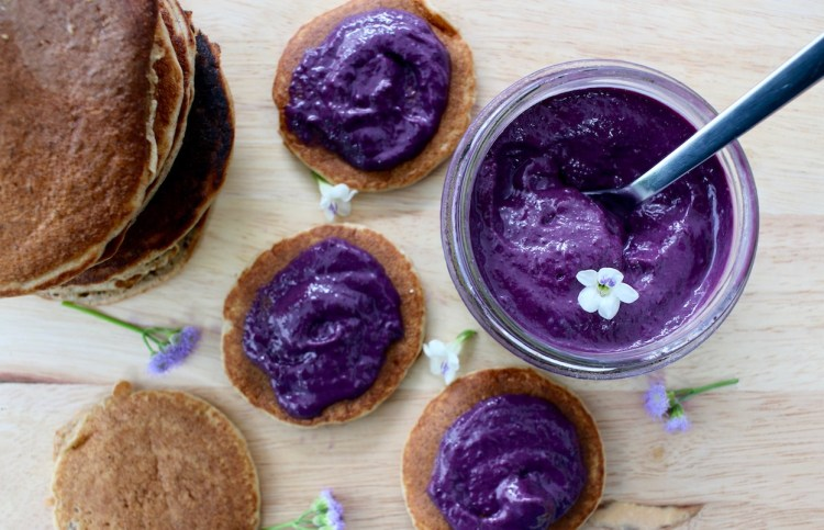 Mini pancakes au beurre de myrtilles