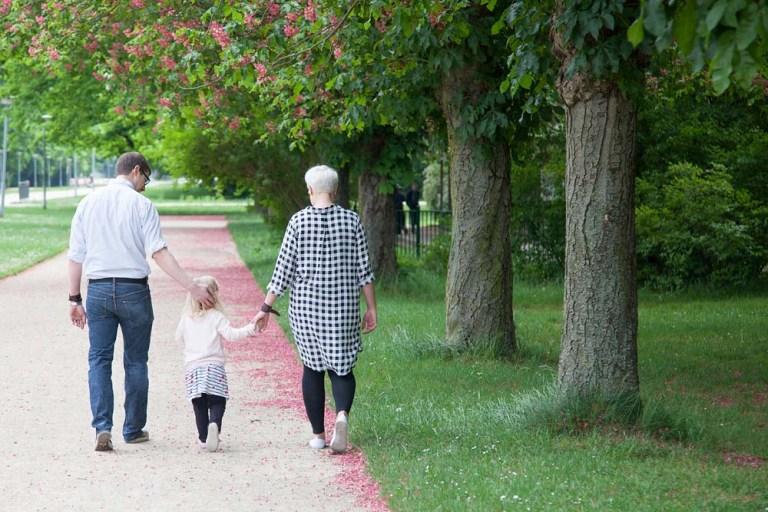 Mama, Papa und Töchterchen beim Spazieren durch den Park - Familienfotografie, Familienbilder, Familienfotos