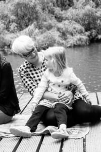 Mama mit Tochter auf dem Schoß - Familienfotografie, Mama&me, Familienfotos, Familienbilder, Schwarzweißbilder
