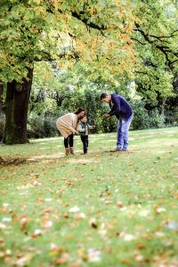 Familie beim Kastanien sammeln - Familienfotos, Familienfotograf, Kinderfotos, Kinderfotograf, Kinderfotografie
