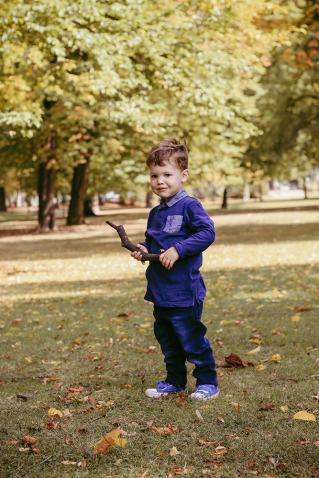 Ganzkörperportrait von Junge mit Stock in der Hand auf Herbstwiese - Kinderfotografie, Kinderfotos, Kinderportrait, Familienfotos, Familienfotografie