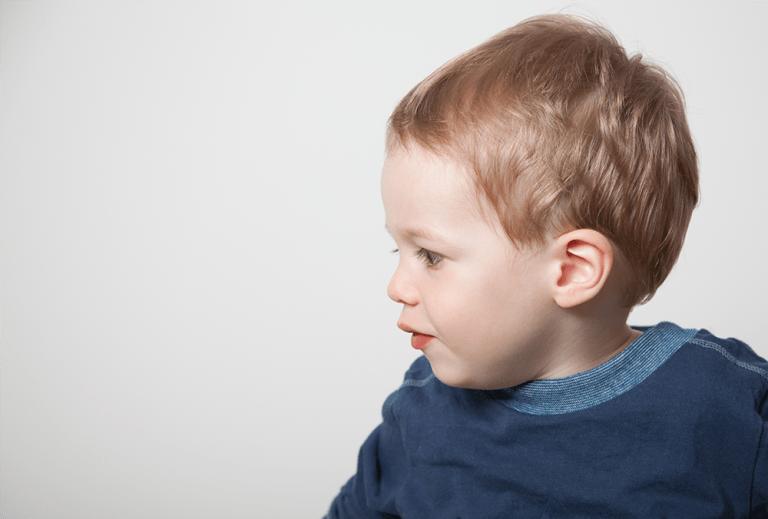Portrait von kleinem Jungen im Seitenprofil - Kinderfotos, Kinderportrait, Kinderfotografie, Familienfotos, Familienfotografie