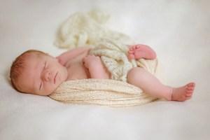 Baby mit ausgestreckten und angewinkelten Beinen - Newborn, klassische Bildlook, Newbornfotos, Newbornfotografie, Neugeborenes, Investition in Erinnerungen
