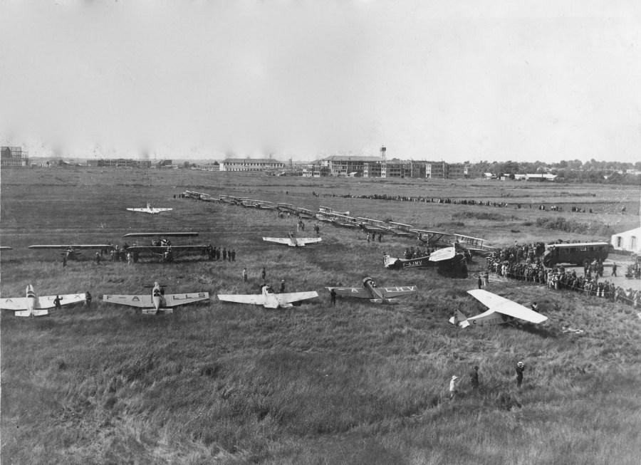 10 juin 1932. Déjeuner et ravitaillement sur l'aérodrome de Rochefort au cours de l'étape Biarritz-La Baule ©Alain Bétrancourt