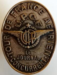 Badge porté par les concurrents du deuxième Tour de France des avions de Tourisme ©Serge Chaulias