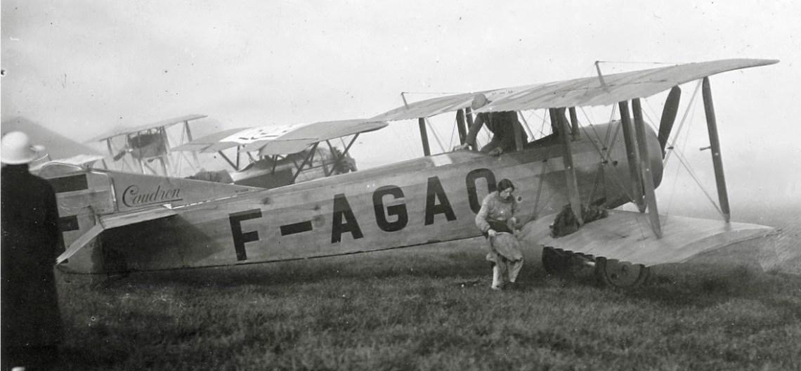 Adrienne Bolland enfilant sa combinaison au pied de son Caudron C.27 F-AGAQ ©Jacques Hémet