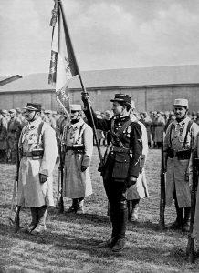 Georges Guynemer, porte drapeau, sur l'actuelle base 102 de Dijon, le 13 mai 1916