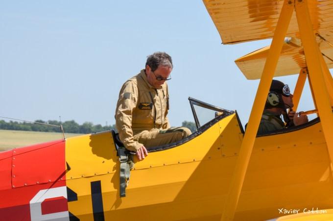 Lors du meeting d'Épernay 2015, Francis Pelletier monte à bord du Boeing Stearman PT17 N4561N ©Xavier Cotton