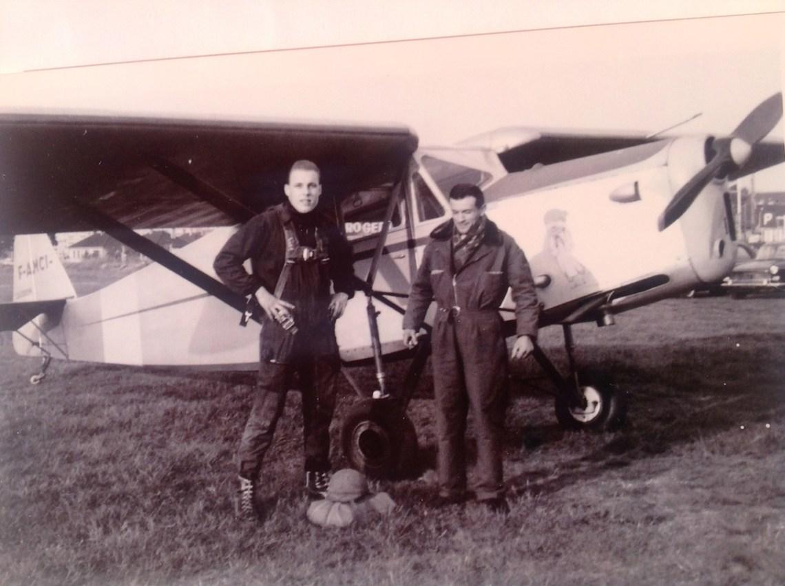 """En 1963, Bob le parachutiste et Jean Delamare le pilote devant la Caudron""""Phalène"""" F-AMCI de l'ACN @David Lebloas"""
