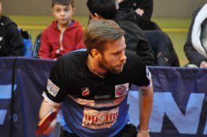 Persson offre le deuxième jeu à la Vaillante face à Gionis.