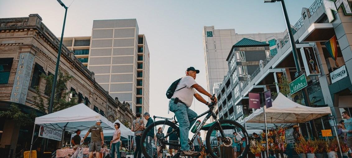 la sostenibilità fa schifo - tizio in bicicletta