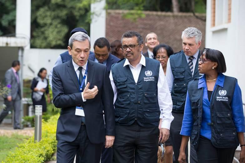 Le Directeur Général de l'Organisation Mondiale de la Santé (OMS) Dr Tedros ADHANOM GHEBREYESES, et la Directrice Régionale de l'OMS Afrique, Dr MATSHIDISO Rebecca MOETI a été accueilli par le Directeur de l'Institut Pasteur de Madagascar, Pr André SPIEGEL (crédit photo : OMS)