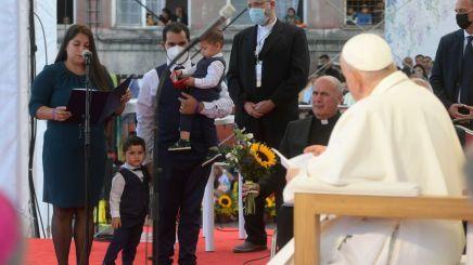 Francisco con el pueblo gitano romaní. Eslovaquia.