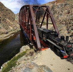La Trochita pasando por un puente.