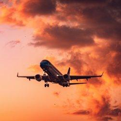 Avión en el aire. Viaje turismo