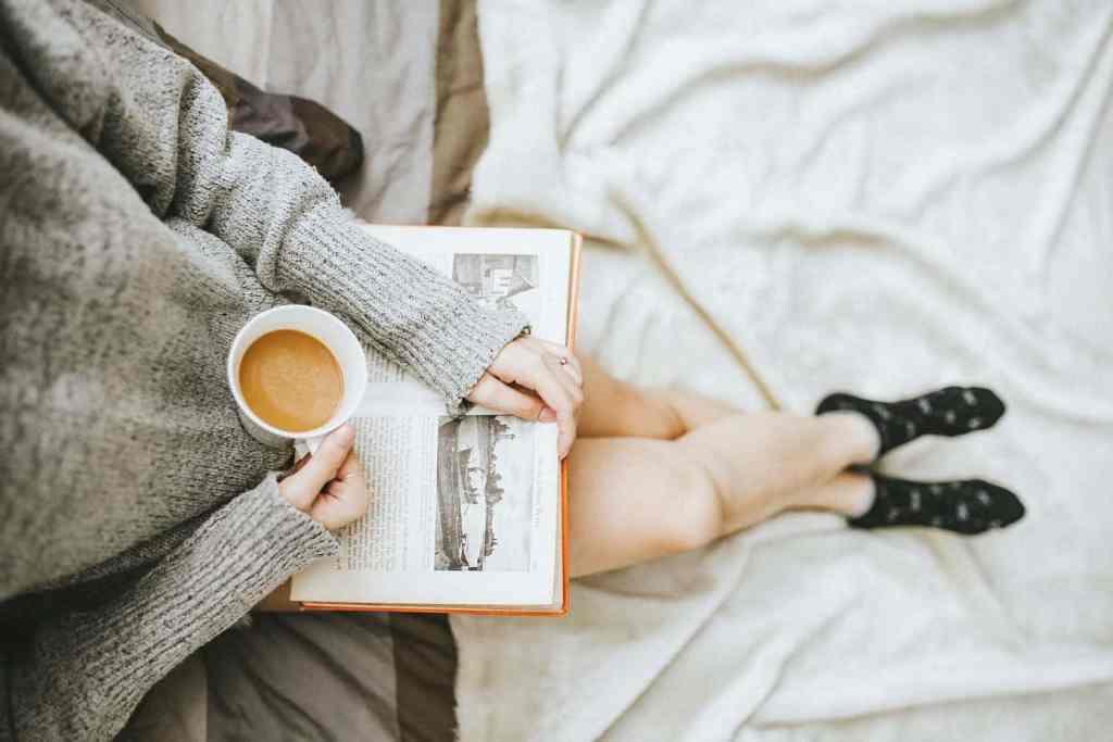 Entspannte Weihnachten - Tasse Kaffee und ein Buch