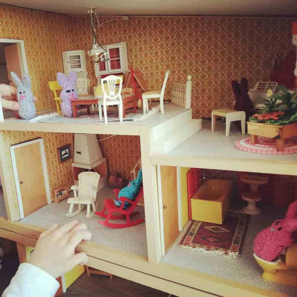 Puppenhaus mit Osterhäschen
