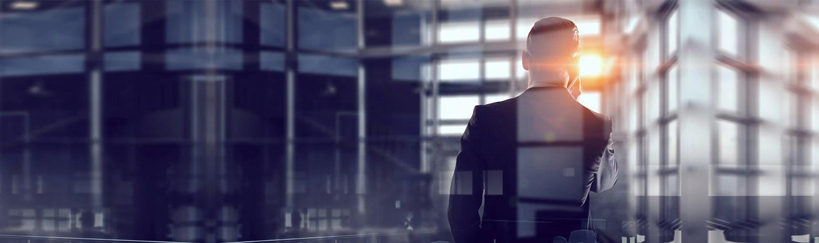 Pathfinder Studios Filmproduktion: Geschäftsmann telefoniert vor Gegenlicht