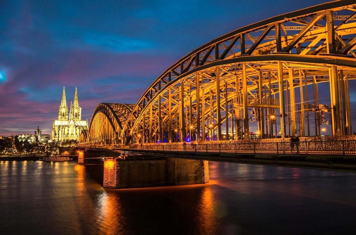 Kölner Dom und Brücke beleuchtet bei Nacht