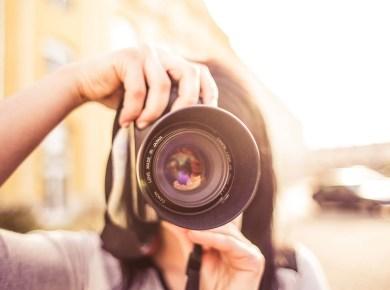 Stockfootage Porträt einer Frau mit Kamera
