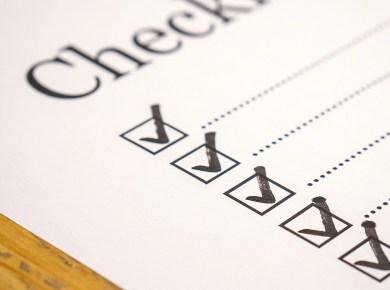 Abgehakte Checkliste auf einem Tisch
