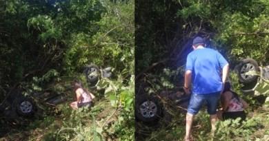 Veículo capota entre Teixeira e Desterro