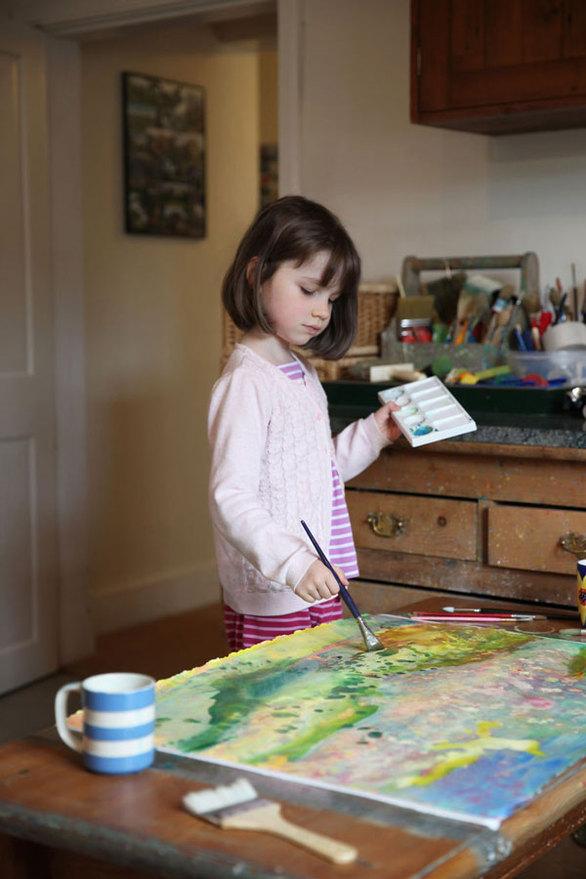 Η 6χρονη ζωγράφος με αυτισμό, που τα έργα της έχουν κάνει τον γύρο του κόσμου (pics+video)