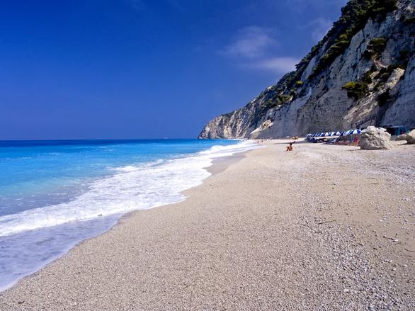 Η παραλία με τα πιο γαλάζια νερά στον κόσμο απέχει μόλις 3 ώρες από την Πάτρα! (pics+video)