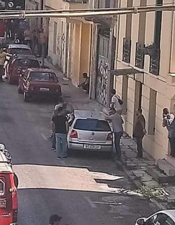 Πάτρα: Αλλοδαπός απειλεί να αυτοπυρποληθεί στη διασταύρωση Μαιζώνος και Σαχτούρη (pics+vids)