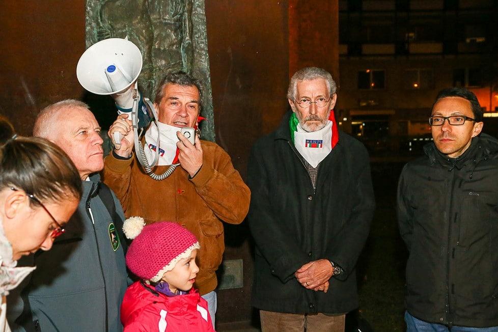 Bolzano-2: Parlano i rappresentanti dell'ANPI (foto da : Fotoservizio: Kemenater - http://altoadige.gelocal.it/bolzano/foto-e-video/2015/11/14/fotogalleria/bolzano-candele-e-commozione-alla-manifestazione-per-le-vittime-della-strada-di-parigi-1.12445503#8 )